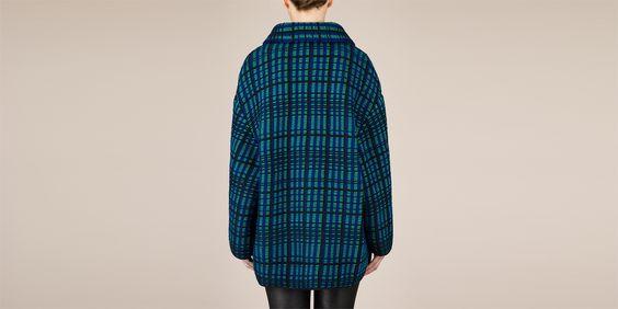 Une veste en maille de MAISON ULLENS. Extragavance et tricotage épais.