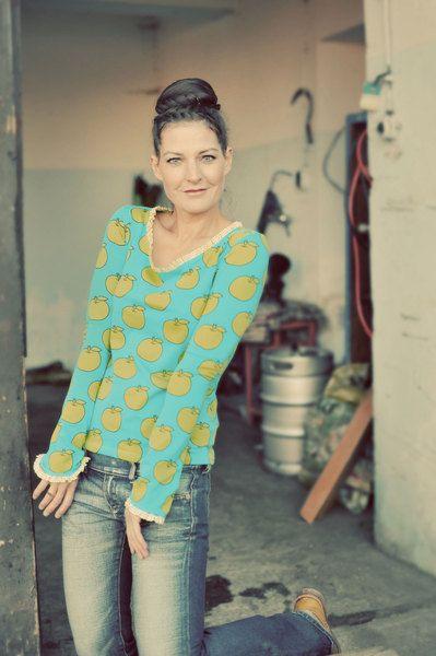 Darfs ein bißchen verspielt sein ? Türkisblaues T-Shirt mit hellgrünen Apfeln im Retrodesign. Das T-Shirt ist aus hochwertigem Jersey. Die Ärmel sind
