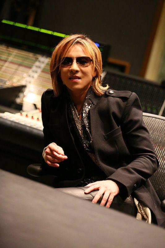 サングラスをかけてスタジオで座っているXJAPAN・YOSHIKIの画像