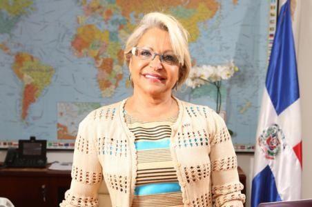La embajadora Rosa Hernández de Grullón, recibe obras para biblioteca en Francia