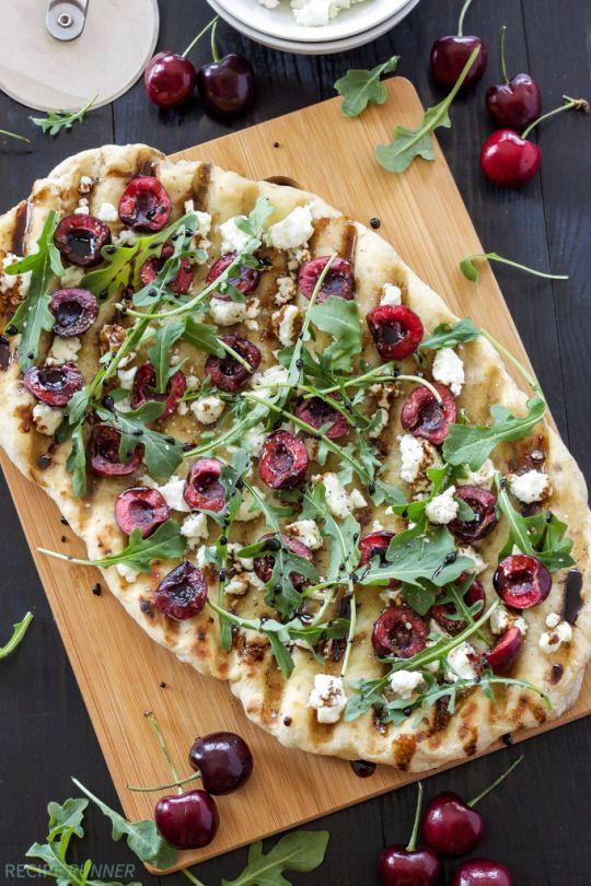 Pizza mit Kirschen, Ziegenkäse und Rucola #Rezept #Pizza #Kirschen #Kirsche #Rucola #Ziegenkäse