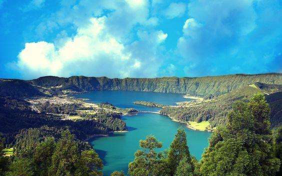 Na imensidão azul do Atlântico, a Mãe natureza criou uma terra repleta de beleza natural e pronta a ser explorada: o Arquipélago dos Açores. A Oriente, na ilha de Santa Maria, as prai…