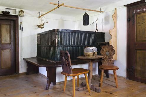 Restavrirano krušno peč obdaja klop, na kateri se v zimskih mesecih tako prijetno sedi. V poseben okras prostoru so prelepi stoli z rezbarsko okrašenimi naslonjali, izdelkom likovno izobraženega mojstra.