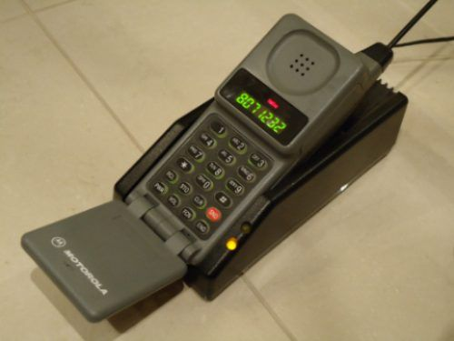 A evolução dos telefones em várias empresas (o iphone sempre na mesma)