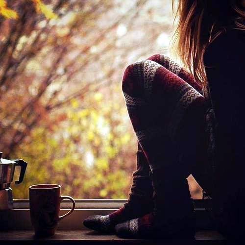 Несколько листьев кленовых на стол, Чашечка кофе с корицей, печенье, Долгий, уютный с тобой разговор Лучше, чем праздные развлечения. Теплые пальцы ласкают ладони, А за окном моросящий вечер, И отключенный звонок в телефоне. Кутаем в плед озябшие плечи. Зонтик в прихожей скоро просохнет, Капли дождя собрав на полу; «Ты ведь придешь ко мне еще завтра?» «Позволь, и сегодня я не уйду...»: