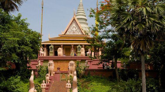 Bảo tháp hiện lên nổi bật trong khuôn viên của ngôi chùa này