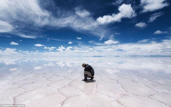 No Salar de Uyuni, boa parte da área de 1.500 quilômetros quadrados tem uma fina camada de água salgada sobre a areia, que reflete o céu e as nuvens, transformando a cena em uma das mais extraordinárias que existe