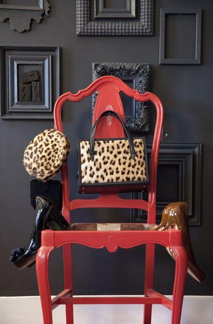 Muro preto,cadeira vermelha