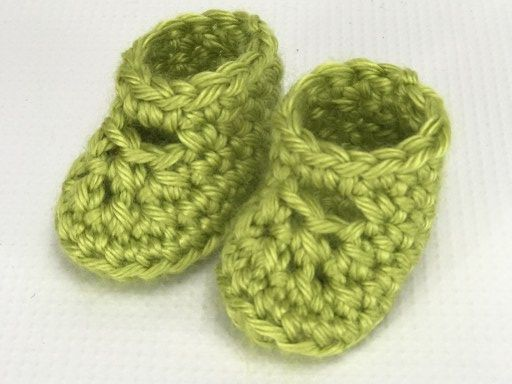 How to crochet doll shoes / Simple booties - YouTube | 384x512
