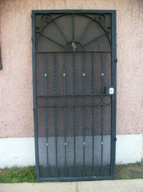 Puerta con mosquitero de placa y chapa de alta seguridad for Como hacer una puerta de metal