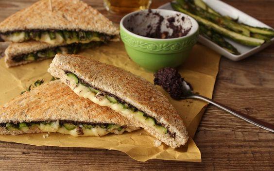Sandwich con asparagi e crema di olive...da provare senza formaggio