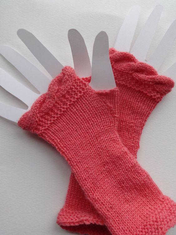 Mitaines , n'importe quel fil genre laine à chaussettes va aussi  Aiguilles no 2.5, en jeu     Si vous avez 50 grammes de laine, je vous conseille de peser votre pelote avec un pèse lettre.  Vous pourrez ainsi peser la laine restante pour estimer à quel moment vous devez arrêter votre première mitaine pour être sur d'avoir de fil pour terminer la seconde.