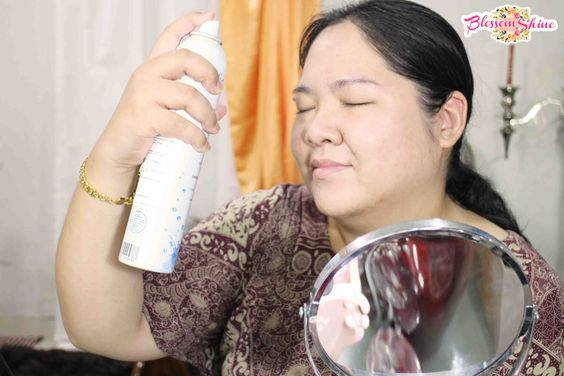 Spray the face before putting on makeup to freshen up the skin