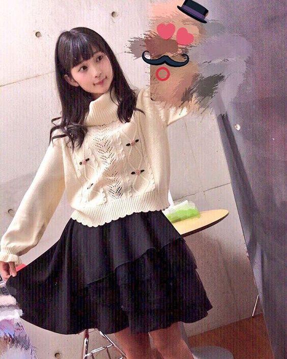 白いセーターの高野麻里佳さん