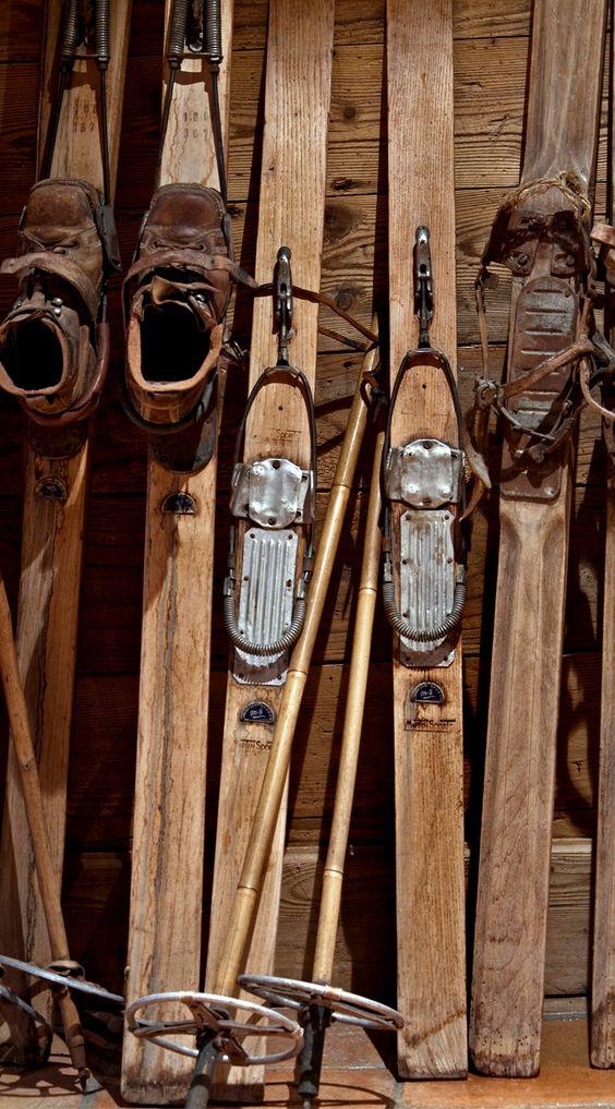 Les skis des ancêtres #Décoration #Chalet #AlpineStyle Hôtel Les Grands Montets