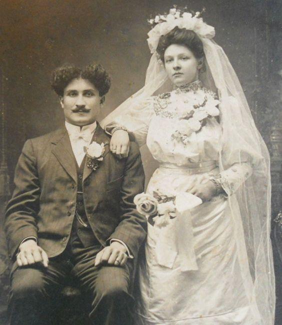 Младоженците от 1890 г.  Привързах го повече за косата на младоженеца, отколкото нещо :)