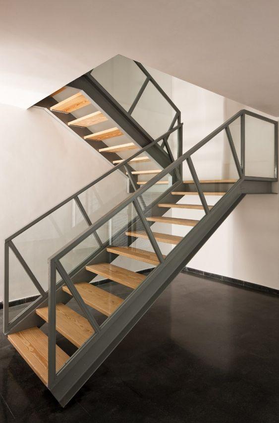 Piso de concreto rodapie negro escaleras con vigas doble for Escaleras para tres pisos