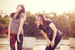 Ser amiga é Quando você está para baixo e é logo animado com uma gracinha daquela sua amiga boba que odeia te ver assim