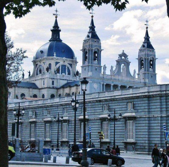 Catedral De La Almudena En Madrid Madre Rutas Catedral