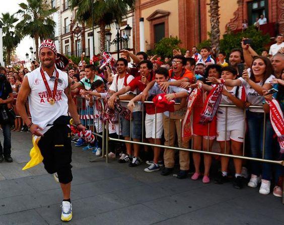 16 de maio: Herói Beto festeja em Sevilha (© REUTERS)