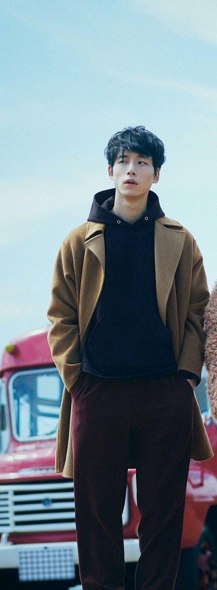 ロングコート×ブラウンカラーコーデの坂口健太郎のファッション