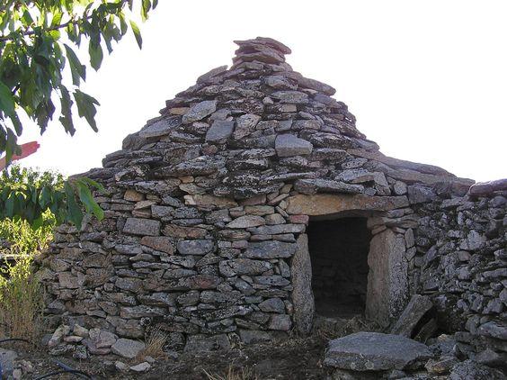 Choza en la sierra de El Torno, Valle del Jerte. Es un refugio de piedra o ramajes que construían los pastores o agricultores a la intemperie tanto en las montañas como en los sotos, baldíos o dehesas de los campos, para pernoctar junto al rebaño o protegerse de las inclemencias del tiempo. Son típicos en Cáceres, Soria, Navarra, Álava o La Rioja.