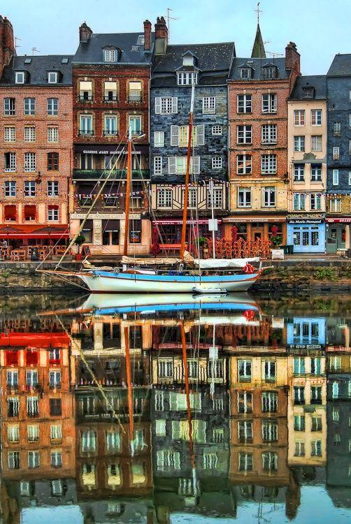 Honfleur, Normandie, - Le précurseur de l'impressionnisme, Eugène Boudin trouva en premier l'inspiration sur les quais de la ville où il naquit. Le peintre a réalisé de nombreuses vues du port !                                                                                                                                                     Plus
