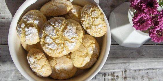 Das perfekte Ghoribas Marokkanische Kekse mit Gries und Kokos-Rezept mit Bild und einfacher Schritt-für-Schritt-Anleitung: Zwei Eier gut verquirlen…