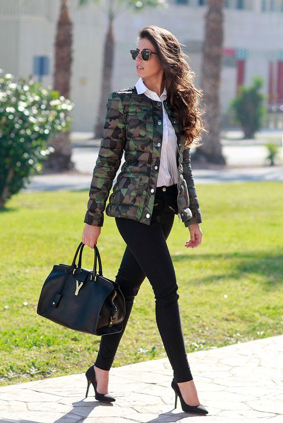 """Seria uma jaqueta militar?  Sim exatamente isso , look neutro o famoso """"Black and white """" que arrasa sempre e que ganha ainda mais nosso amor e atenção  quando combinado com essa peça  ♡ 《pinterest:@Lariifreitas 》"""