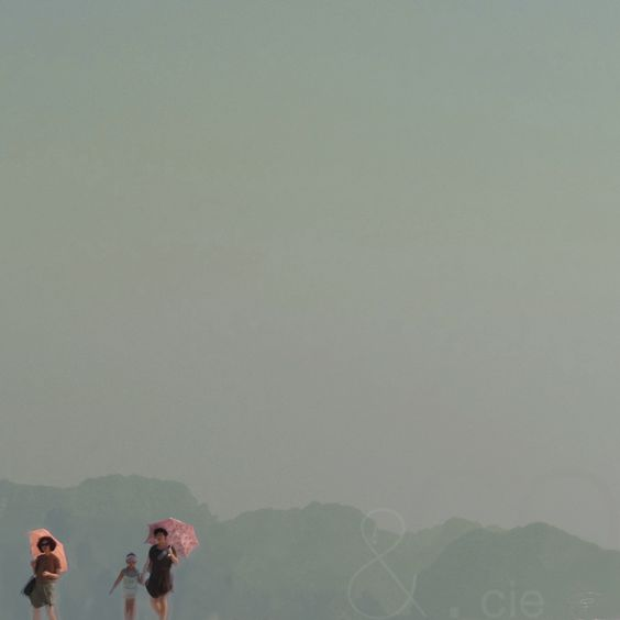"""ombrelles à chicken island, Thaïlande,©Corinne Granger. """"Les deux touches de rose, délicates mais si présentes à la fois, n'enlèvent rien au mystère du paysage brumeux, vastitude du ciel uniformément gris sur lequel s'inscrit le tracé discret du relief montagneux. Et là dessus, les trois silhouettes, comme trois virgules, donnent le rythme à ce paysage venu d'ailleurs. C'est TRANSPARENT!"""" Zouzou"""