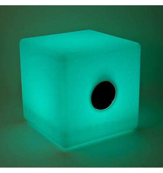3 en 1 ! Un luminaire multicolore qui sert de pouf mais aussi d'enceinte audio avec son bluetooth et baffle intégrés !