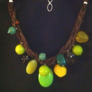 """""""Medusa"""", collar corto.Sobre múltiples vueltas de malla de nylon color cobre, una variedad de piedras semipreciosas; jades, ágatas, cuarzo lima, cristal ahumado."""
