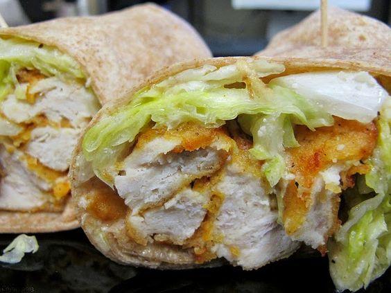 Recette de wrap de poulet pané, cajun, bacon et pignons de pin, mayonnaise moutarde, miel - Un sandwich, snacking délicieux, une fine galette de blé ou de maïs, du poulet façon Schnitzel (à la viennoise) aux épices de Louisiane, du bacon grillé, des pignons de pin et une sauce mayonnaise relevée, au miel. Un roulé au poulet multiculturel absolument craquant...
