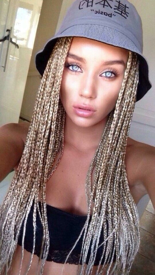 She looks kind of trampy, but I like how she has highlights in her box braids. Another white girl who looks good with them.