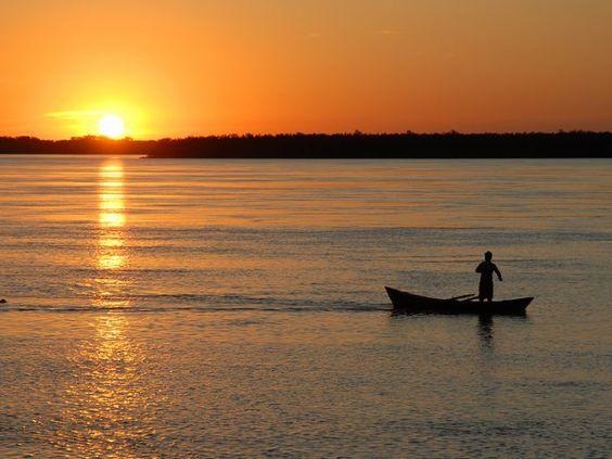 Canoa pescadora en el río Paraná