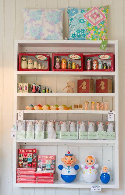 13 er et butikk kollektiv som startet i 2009 og består i dag av Precious, Pia, Fjeldborg og Hapel. Blant kule retro og vintage produkter har vi også nye ting. Er du på utkikk etter en god te eller sjokolade, kaninlampe, Happy Lights, vintage kjoler, tam tam krakker, originale teakmøbler, morsomme spill, fjällräven-sekker, barneklær fra Plastisock, Katvig, FUB eller rett og slett ubrukt retro barnetøy fra 70-tallet.
