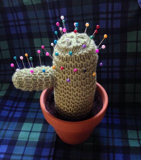 Cactus Pin Cushion - Free Knitting Pattern here: https://thelittleroomofrachell.wordpress.com/2013/12/31/knitted-cactus/