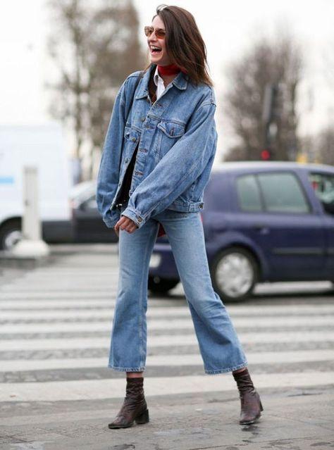 calça jeans cropped + jaqueta jeans oversized.