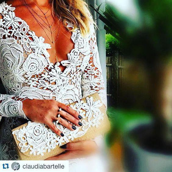 Mais detalhes do vestido exclusivo que a belíssima Claudia Bartelle usou no casamento de sua irmã na noite passada. #eduardagalvaniatelier #handmade #hautecouture #bridesmaid #weddingdress #vestidosobmedida by eduardagalvaniatelier