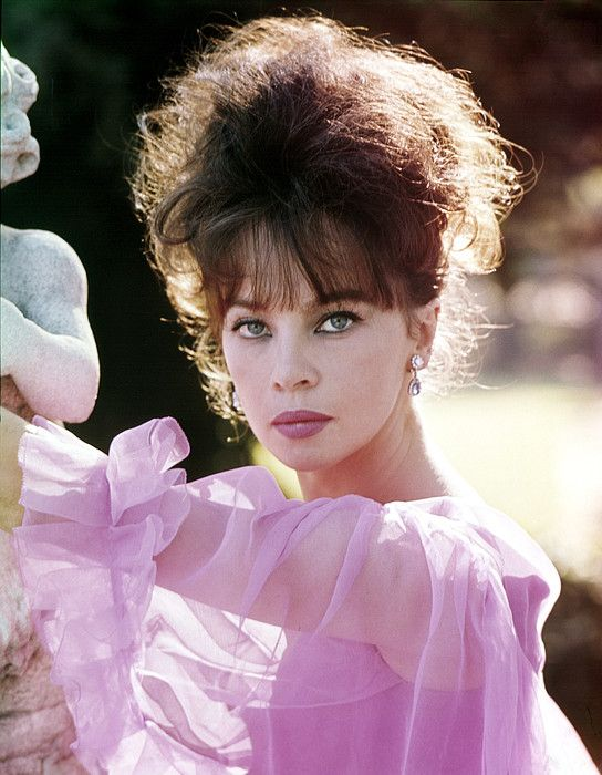 Leslie Caron - I absolutely love her whole look here!: