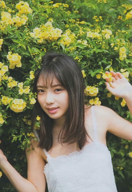 黄色いお花と戯れる与田祐希