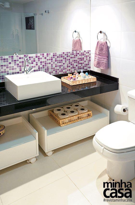Banheiro perfeito com pia granito preto e pastilhas lilas Piso de porcelanat -> Pia De Banheiro De Porcelanato Como Fazer