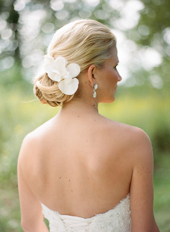 Stunning chignon: 8 Wedding hairstyles updo with flowers