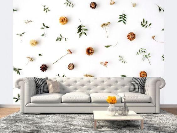 Jesienna fototapeta na ścianę z delikatnym motywem suszonych kwiatów i zielonych listków