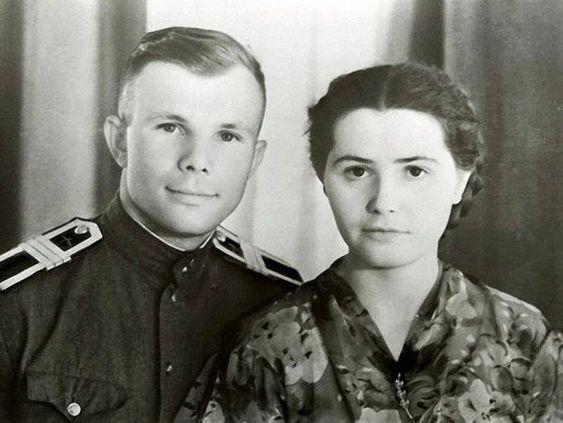 Валентина с мужем, курсантом летного училища сержантом Гагариным