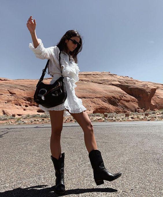 Summer outfit | White dress | Short dress | Cowboy boots | Black boots | Black bag | Shoulder bag | Dark hair | Brown hair | Sunglasses | Zomerkleding | Donker haar | Bruin haar | Witte jurk | Korte jurk | Cowboy laarzen | Zwarte laarzen | Zwarte tas | Schoudertas | Inspiration | More on Fashionchick