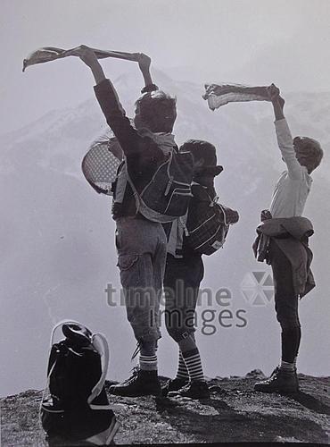 Kinder halten Taschentücher in den Wind Keberlein/Timeline Images #1985 #Gipfel #Bergsteigen #Wandern #Berge #Wind #Retro #Urlaub