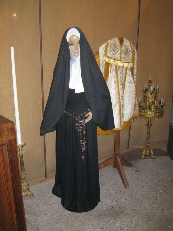 Salle du Verbe Divin ou salle sud.- 42) L'HOSPICE D'HAUTEFORT; SALLE DU VERBE DIVIN: Deux mannequins s'y trouvent: celui de Bernadette Soubirou, qui au XIX°s fit partie des soeurs de Nevers, et un mannequin vêtu avec la tenue des soeurs de cette congrégation.