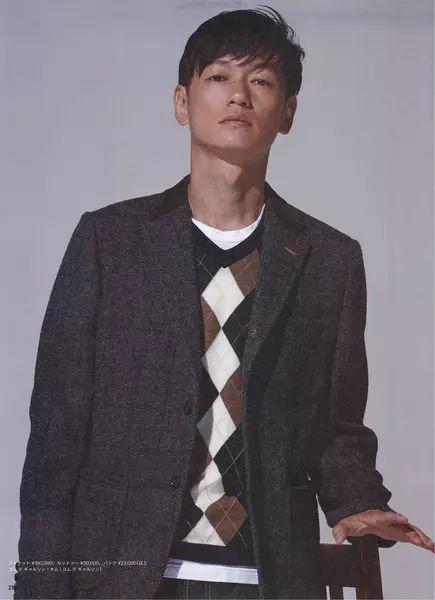 グレーのジャケットを着ている井浦新のかっこいい画像