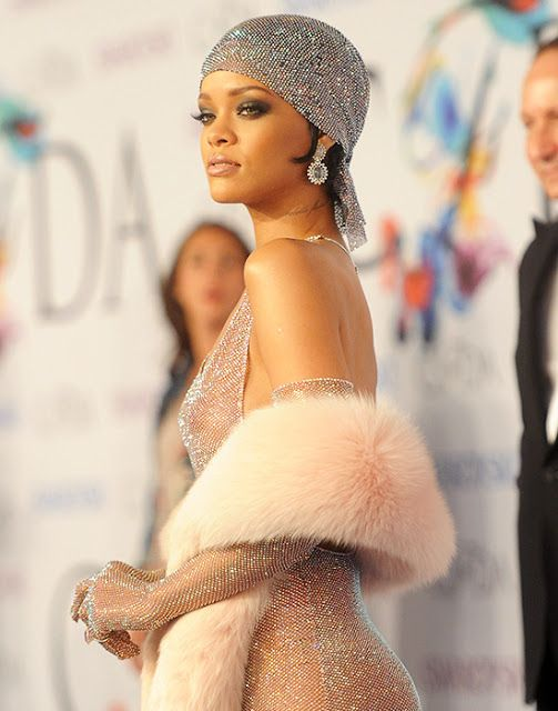 Rihanna S Style In 50 Looks The Singer Has Been Chosen As Fashion Icon By The Council Of Fashion Desig Rihanna Style Rihanna Dress Fashion